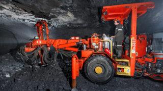 Буровая машина в шахте. Фото Korotinae