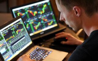 Работа на бирже. Фото Adam Nowakowski / Unsplash