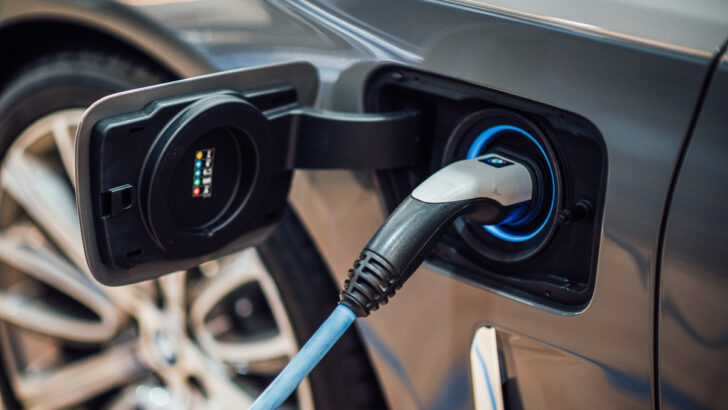 Зарядка электромобиля. Фото CHUTTERSNAP / Unsplash