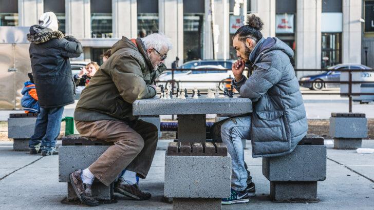 Игра в шахматы. Фото Alex Perri / Unsplash