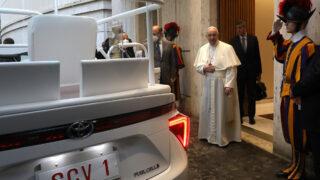 Папа Римский Франциск и Toyota Mirai. Фото Toyota