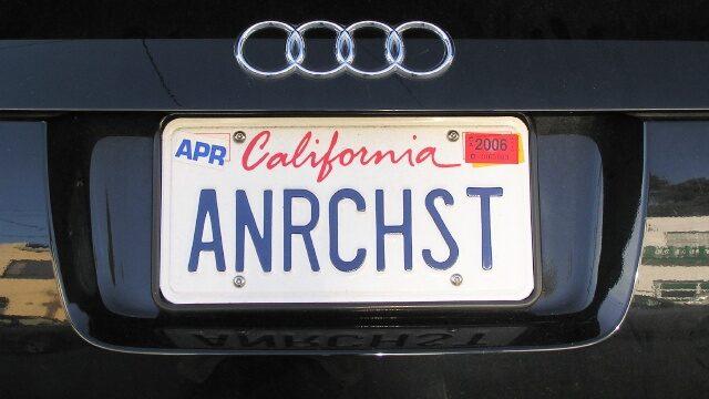 Номерной знак в Калифорнии. Фото Vards Uzvards