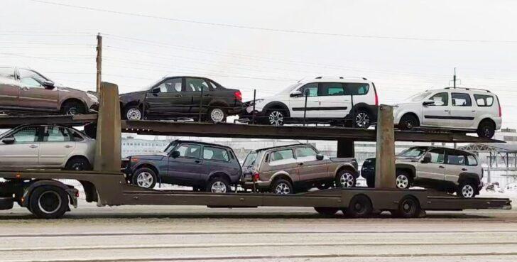 Автовоз с новыми LADA. Фото Avtograd News