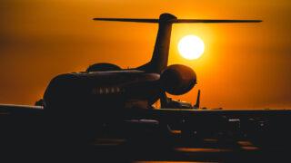 Самолет на фоне Солнца. Фото Ramon Kagie / Unsplash
