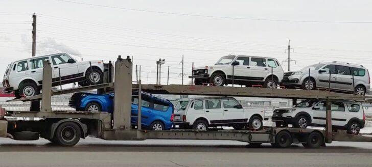 Автовоз с пятидверными LADA Niva Legend. Фото Avtograd News