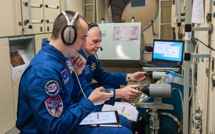 Космонавты Петр Дубров и Олег Новицкий. Фото ЦПК / Роскосмос
