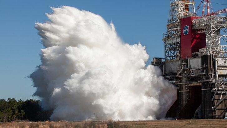 Тест двигателей SLS. Фото NASA/Robert Markowitz