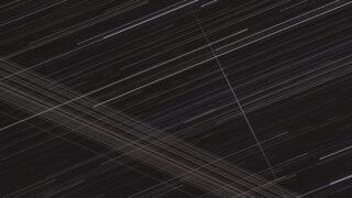 Спутники Starlink, корпус ракеты Long March 2C и спутники GEO в ночном небе. Фото Martin Bernardi (CC BY-SA 4.0)