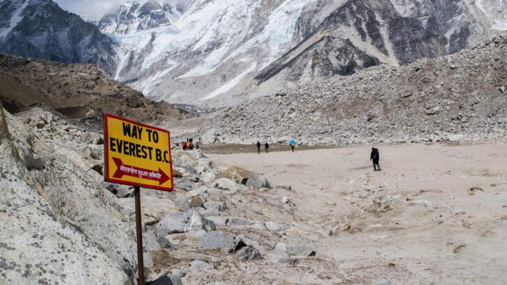Указатель «Путь к базовому лагерю Эвереста» в Непале. Фото Daniel Oberhaus (CC BY-SA 4.0)