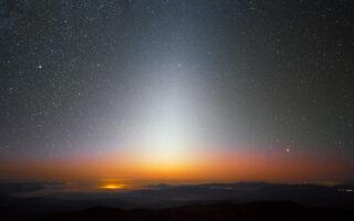 Зодиакальный свет. Фото ESO / Y. Beletsky (CC BY 4.0)