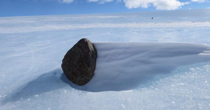 Часть метеорита на льду. Фото NASA Johnson (CC BY-NC 2.0)