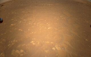 Сделанное вертолетом Ingenuity фото марсохода Perseverance (в левом верхнем углу). Фото NASA/JPL-Caltech