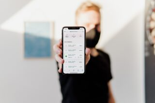 Разблокировка iPhone в маске. Фото David Dvořáček / Unsplash