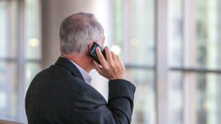 Разговор по телефону. Фото Jim Reardan / Unsplash