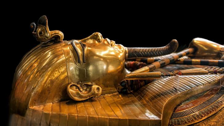 Золотой саркофаг Тутанхамона в Египетском музее. Фото Tarekheikal (CC BY-SA 4.0)