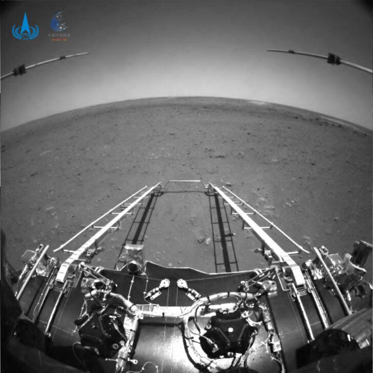 Черно-белое фото с марсохода Zhurong. Фото CNSA