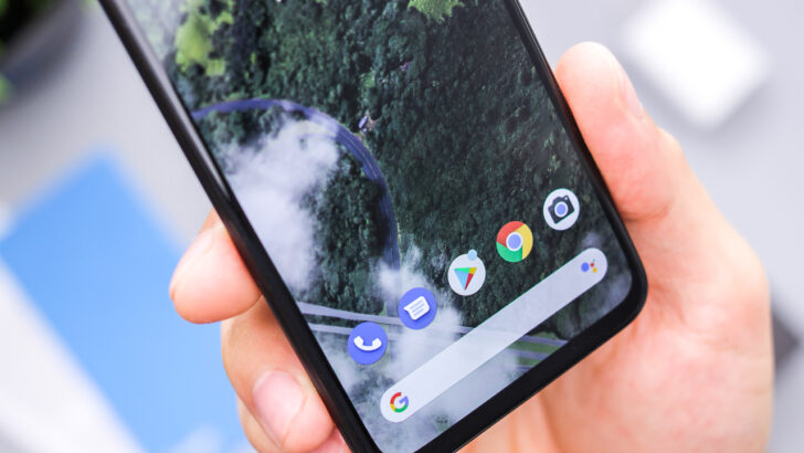 Смартфон с операционной системой Android. Фото Daniel Romero / Unsplash