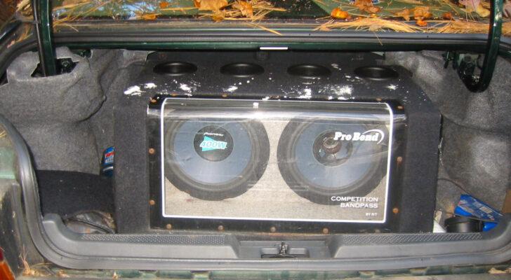 Сабвуфер в багажнике. Фото Claire CJS